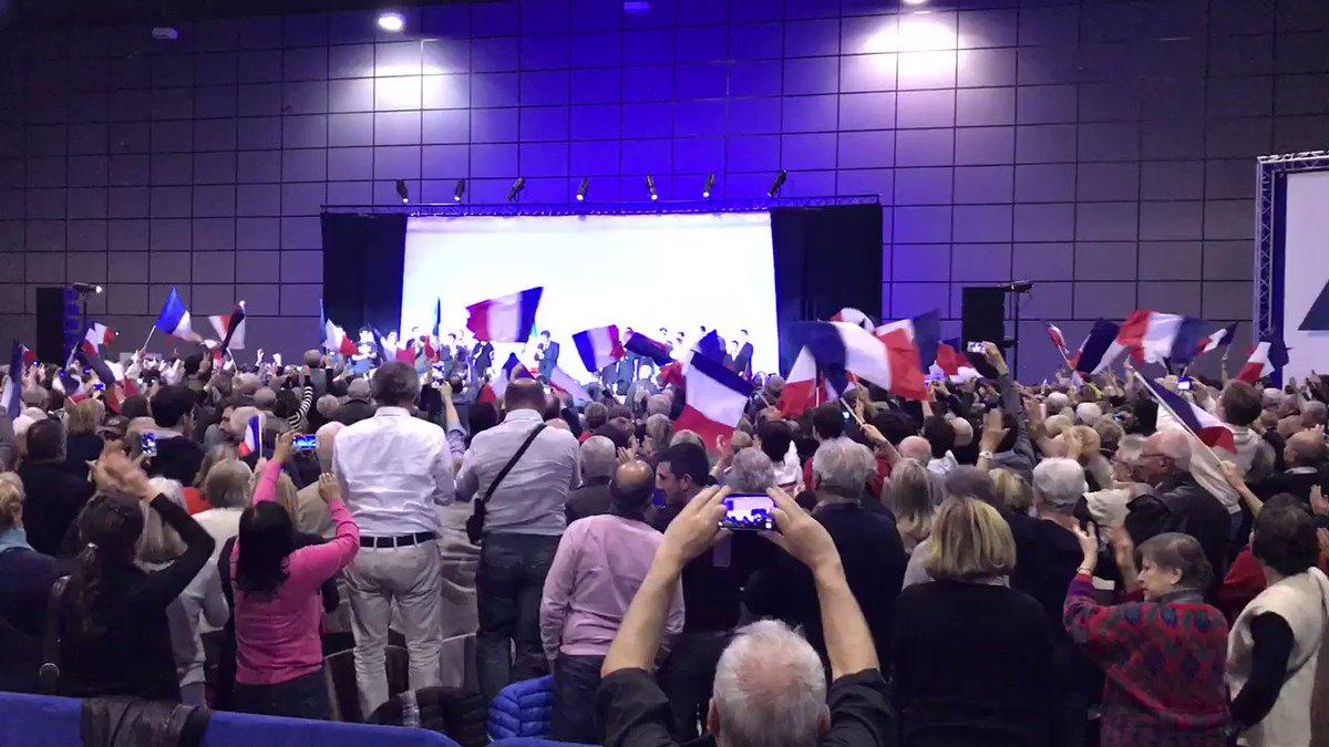 Standing ovation pour @FrancoisFillon à Biarritz : plus de 3 000 personnes ! ��🇫🇷 #FillonBiarritz