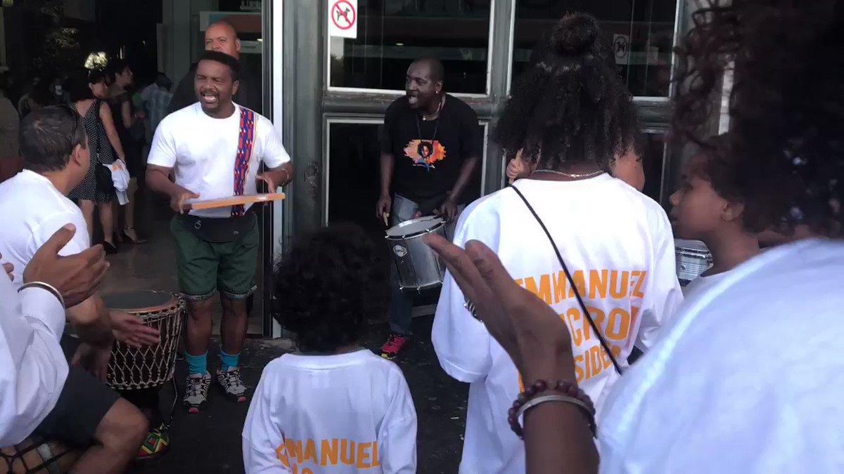 Maloya pour l'arrivée d'@EmmanuelMacron à la Réunion #MacronLaRéunion