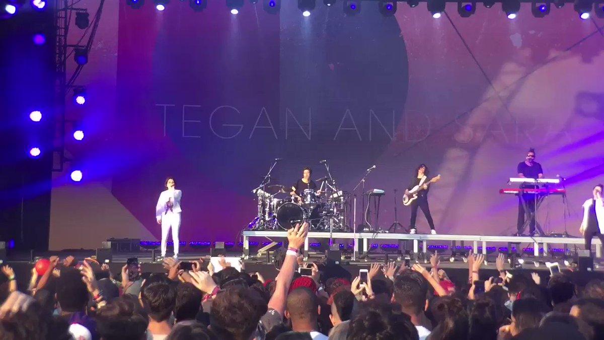 Tá rolando Tegan and Sara no palco Axe e elas estão detonaandooooo! Qu...