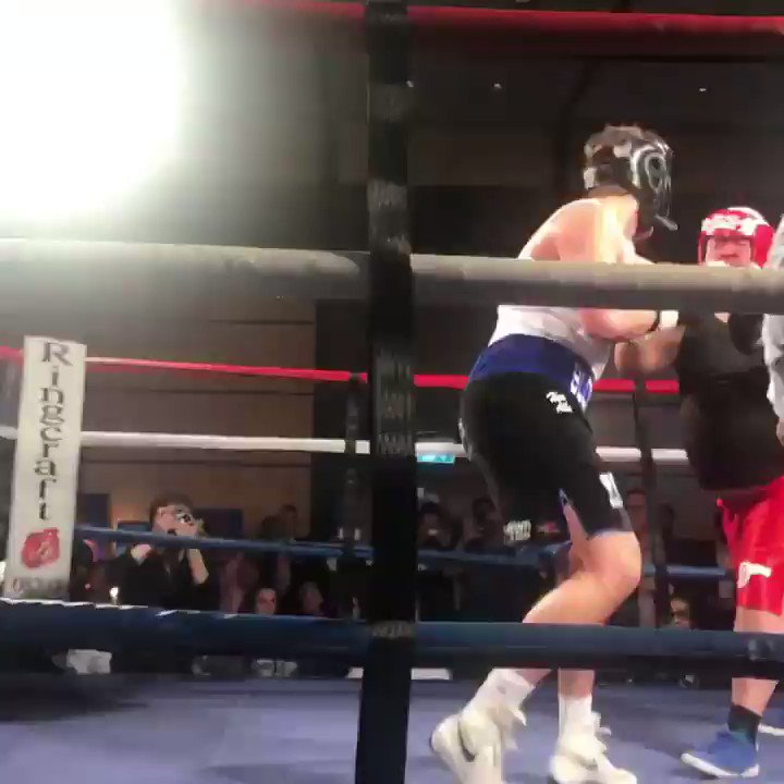 What fight, what a knockdown! @lewis_bloor v @HeavyHeavyd, full fight will be on Vimeo soon.  #BoxingWithTheStars https://t.co/DsWOM9PdjH