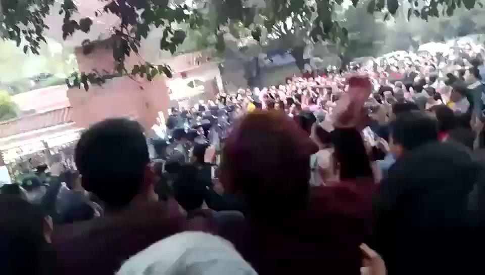 四川泸州泸县太伏学校外愤怒的人群。  #泸州泸县校园暴力打死学生血案在发酵 https://t.co/o5f63qcMzS