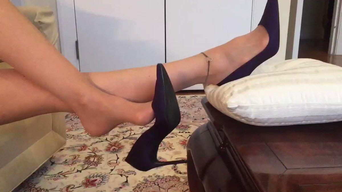 Killer shoe dangle!!#ShoeOfTheWeek #ShoesVideo #shoe #shoes #ShoeAddict #shoeselfie #ShoeTuesday  #ShoesDayTuesday https://t.co/Or7muTgaCk