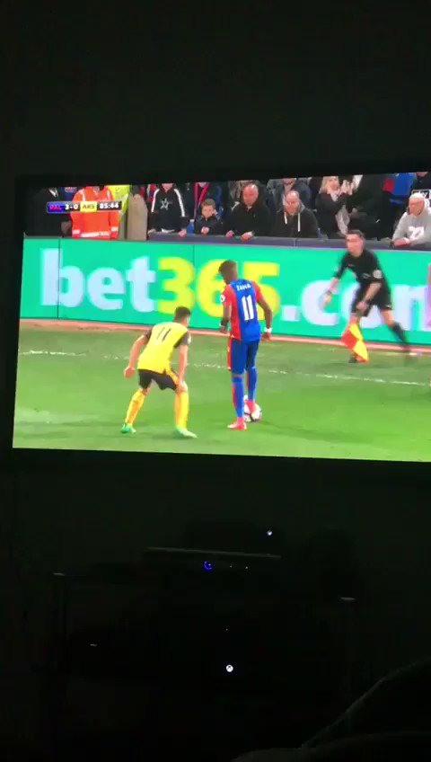 @wilfriedzaha shows passion & hard work to get ball back to then say You two go run my bath cheers. @CPFC
