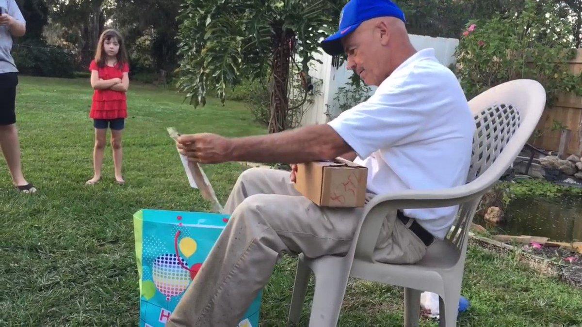 【感動】66年の長い生涯で初めて、色鮮やかな世界を目にしたおじいちゃん66歳の誕生日に、色覚異常を補完するEnChroma社のメガネをプレゼントされたおじいちゃん。さっそくかけてみた結果、あまりにも鮮やかな世界に驚くとともに涙腺が崩壊 ...