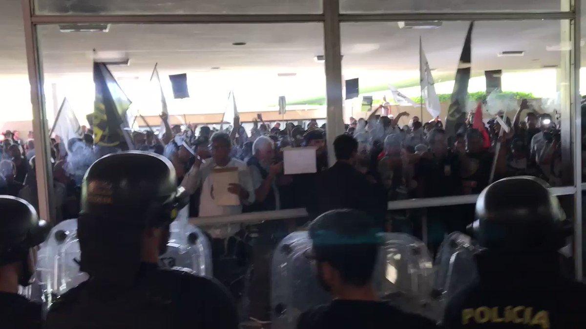 Pancadaria no Congresso Nacional contra reforma da Previdência. Bombas e gás de pimenta