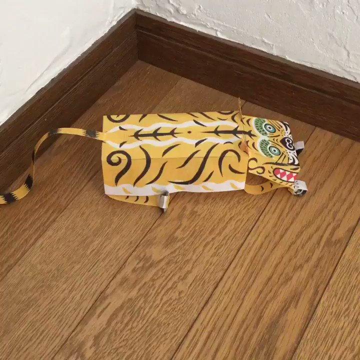 →  江戸玩具「ずぼんぼ」の遊び方。部屋の角などに置いて、団扇であおぎます。するとずぼんぼが歩いたり飛んだり後ずさりしたりするのです!この動き〜(笑)