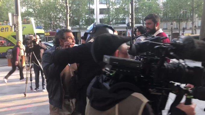 Un homme interpelle violemment  #anneHidalgo lors de son passage sur les #ChampsElysees https://t.co/IX4aYxi718 via @RemyBuisine