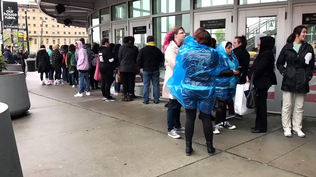 The rain isn't stopping these #EXO fans from lining up outside The Roc...