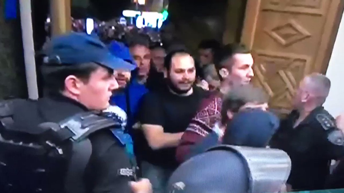 URGENT |  The police are bystanders while a new group is let in the pa...