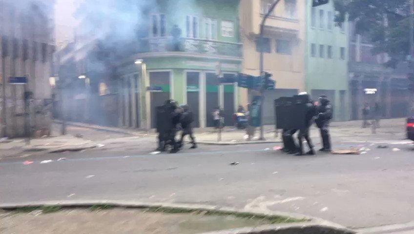 Pelotão de choque da PM avança em direção aos manifestantes no Centro do Rio. #grevegeral #Brasilemgreve