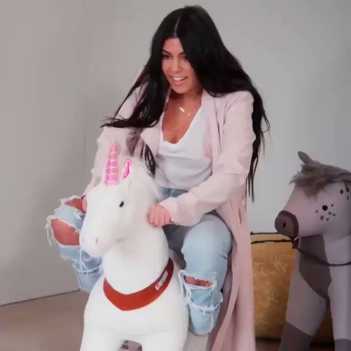 🦄really normal sister moments🦄 #tonight #KUWTK https://t.co/oCxTYbsGSN