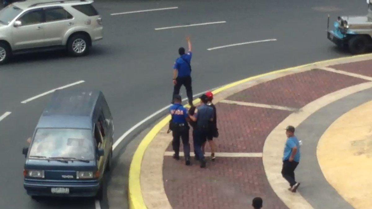 WATCH: Isang babaeng militante na hinimatay ay tinulungan ng mga tauhan ng MMDA at QCPD. | via @allangatus https://t.co/N7dyOCm6lN