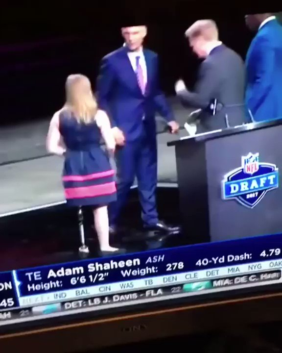 Did NFL Commissioner Roger Goodell wipe a booger on this woman? https://t.co/TN5o5JBzTO