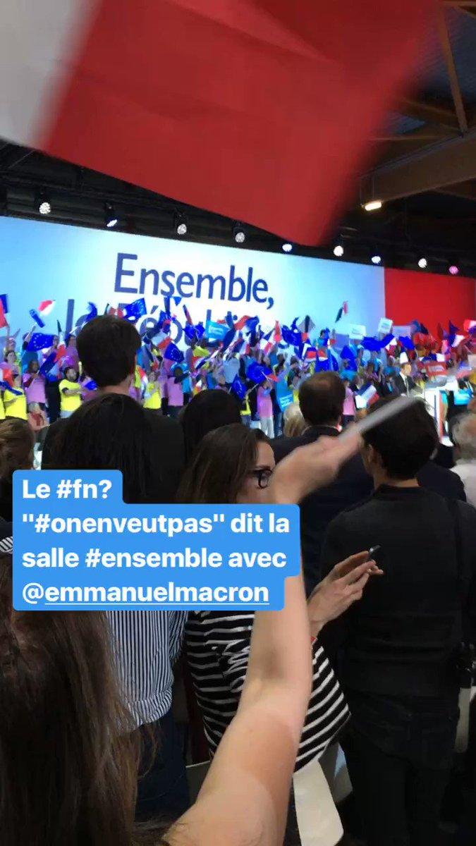 La salle debout #ensemble avec @EmmanuelMacron  contre le #fn #OnEnVeutPas #presidentielle2017 https://t.co/vh2H3AVbQg