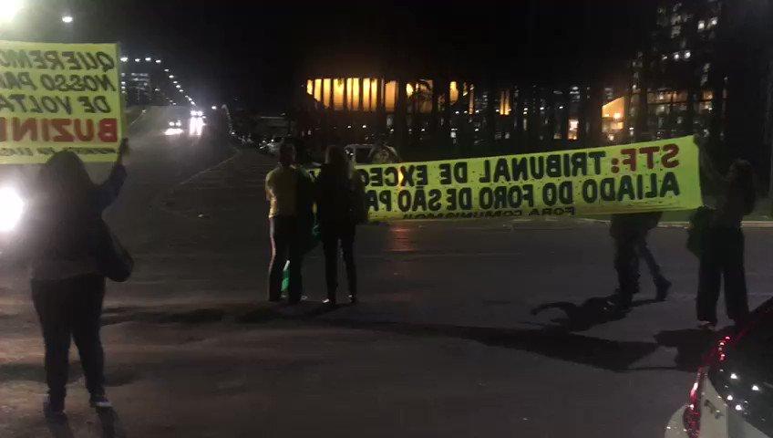 Após decisão do STF de tirar José Dirceu da prisão, manifestantes fazem protesto em frente ao tribunal