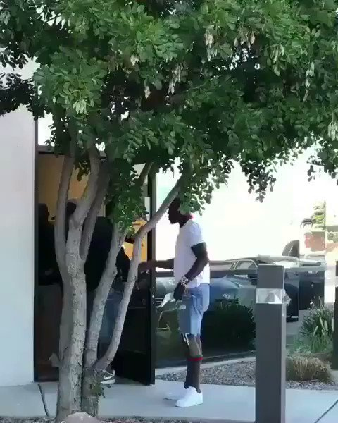 Floyd Mayweather really picking up them �� out here https://t.co/WmVUGu42Ny