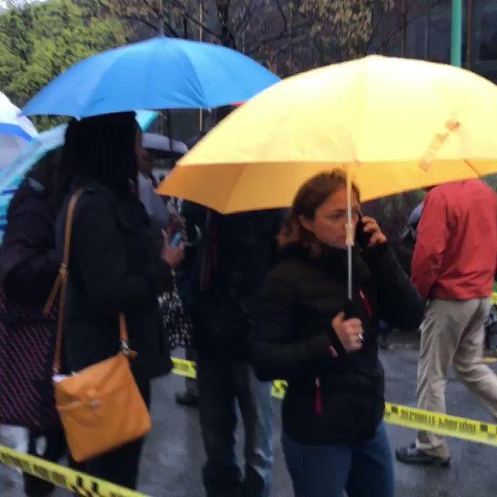 Civisme : les Français de Montréal font la queue pour voter malgré la pluie battante  https://t.co/gDQp9TIwGp