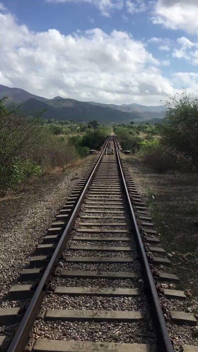 キューバのトリニダで、列車に乗った時の動画です。時間ギリギリだったのか、人がたくさんいたからなのか、何故か運転席に乗せてもらいました。見納めください。このボロボロの鉄橋渡る時、スピード落としていたし「あれ?これ、ちょっと死んじゃうかもですねー☺️」って思いましたね……。 pic.twitter.com/hThbwYWSIy