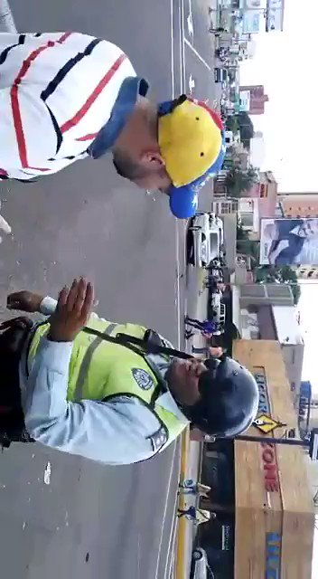 El funcionario policial Manuel Vega robó un teléfono celular a grupo de estudiantes de LUZ. https://t.co/iCoZVqpSRB