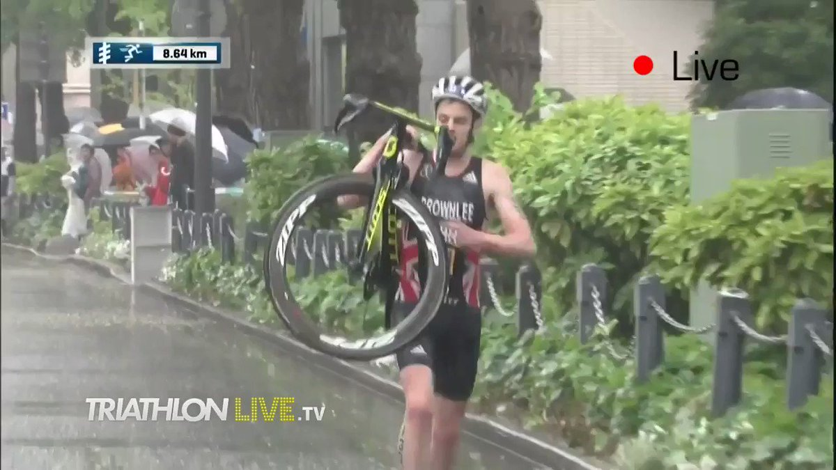 One thing is for sure, the Brownlees never give up! @jonny_brownlee carries his bike after a crash in #WTSYokohama https://t.co/yIn88BX0mG