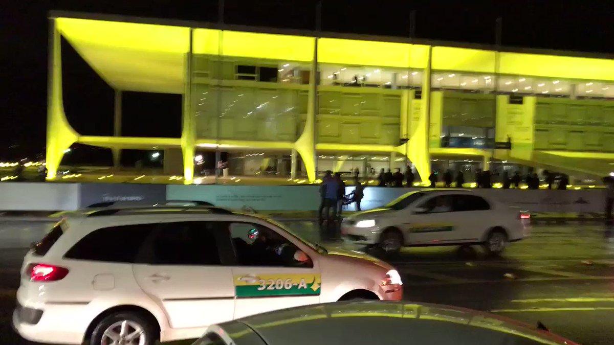Confusão em frente ao Palácio do Planalto. Buzinaços e pedidos de 'Fora,Temer'