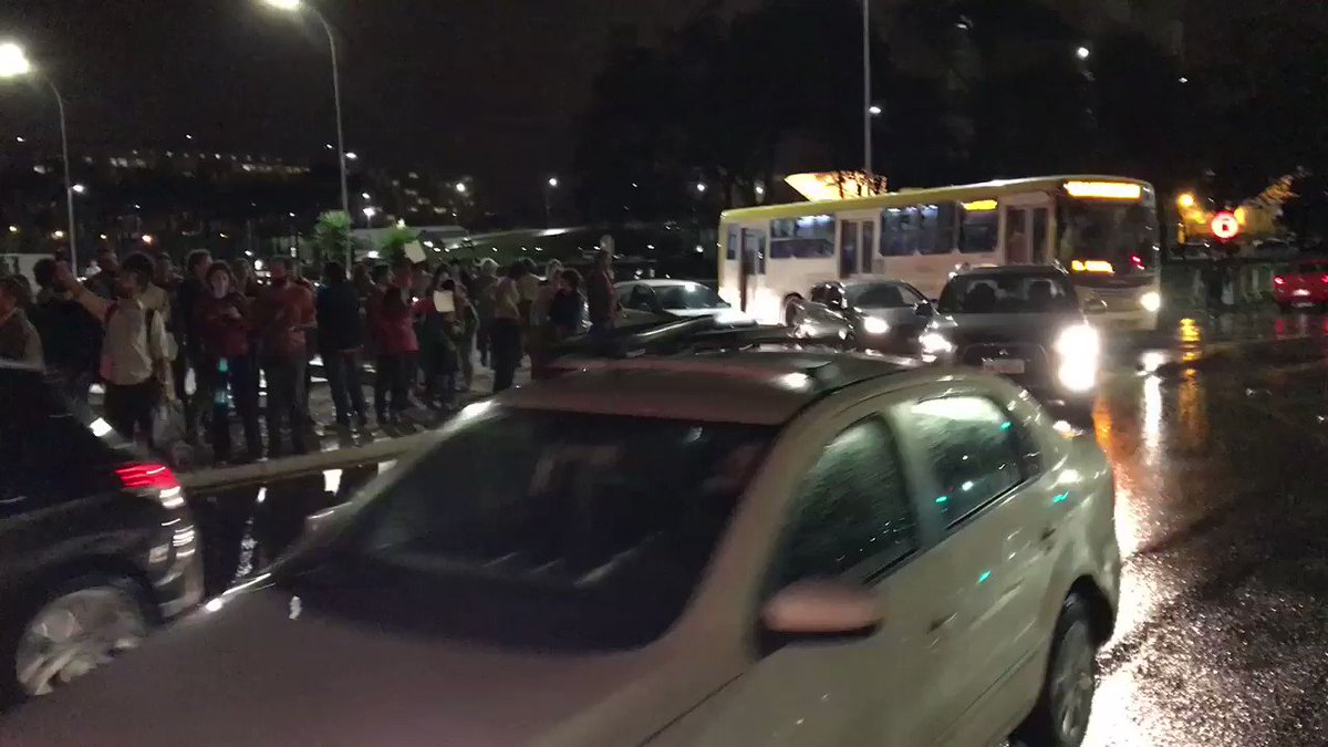 Palácio do Planalto sitiado. Manifestantes começam a chegar e pedem renúncia de @MichelTemer