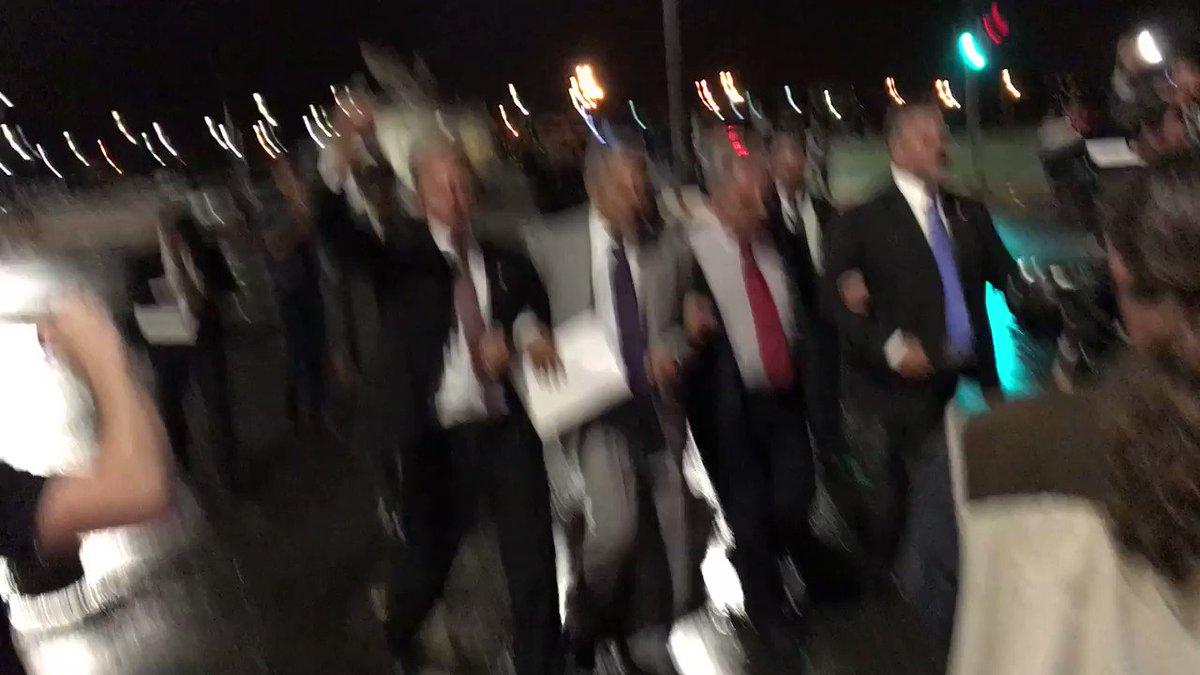 Deputados da oposição chegam à Praça dos Três Poderes p/ se juntar a manifestantes que protestam contra Michel Temer