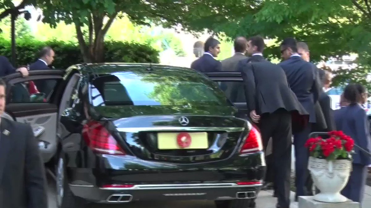 Video shot by @VOATurkish shows @RT_Erdogan watched his bodyguards attack demonstrators across from Turkey Embassy in Washington.
