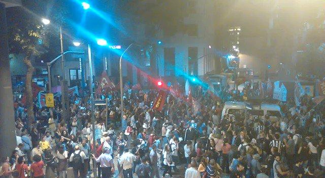 Manifestantes cantam pedindo a saída de Temer da presidência. #ato18maioRJ #BandNewsFM