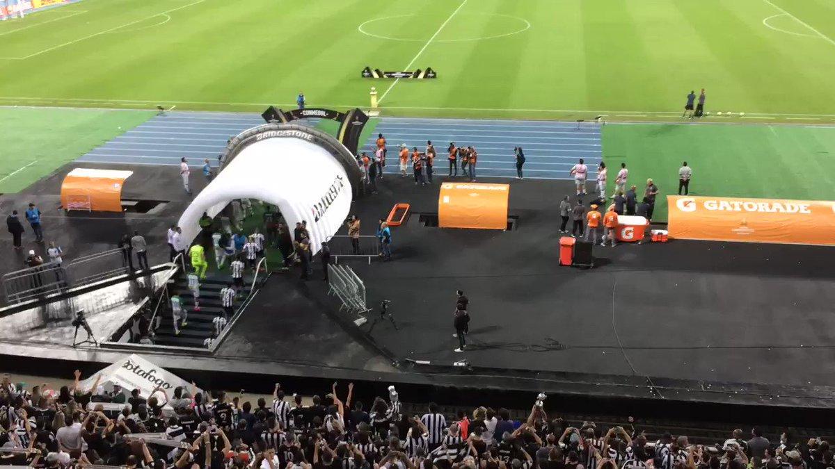 Com mosaico, fogos e festa, entra em campo o Botafogo, o Glorioso! 👏⚫️⚪️🔝