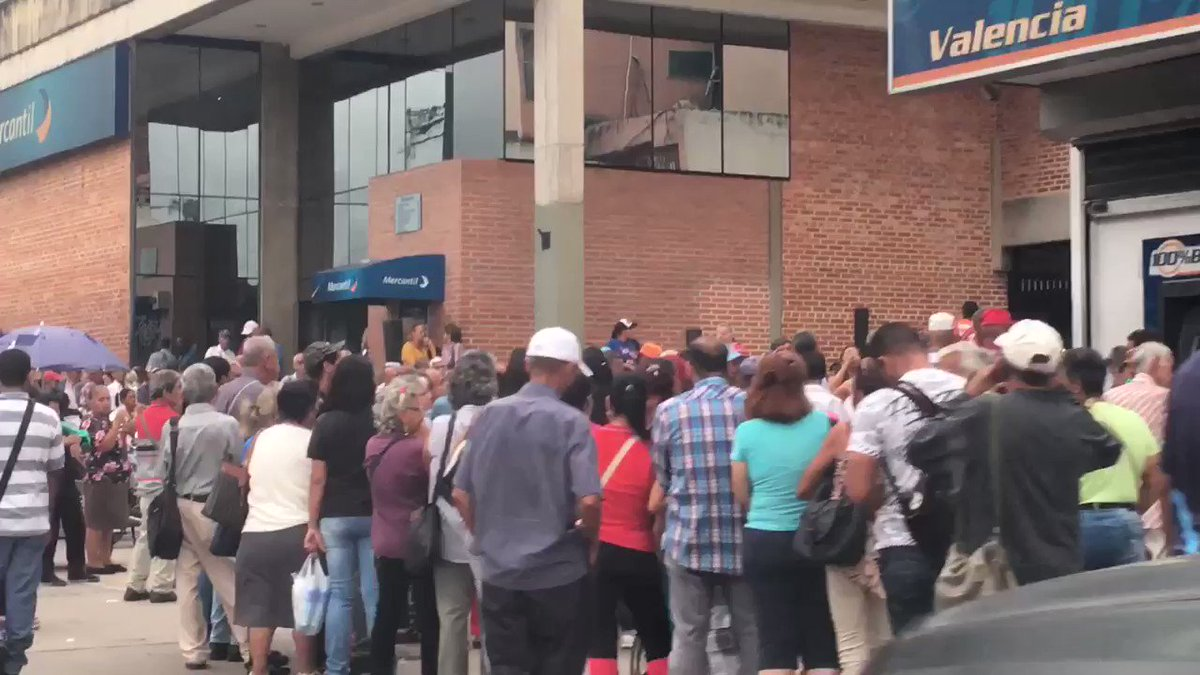 Long queues for pensions in Valencia, Carabobo