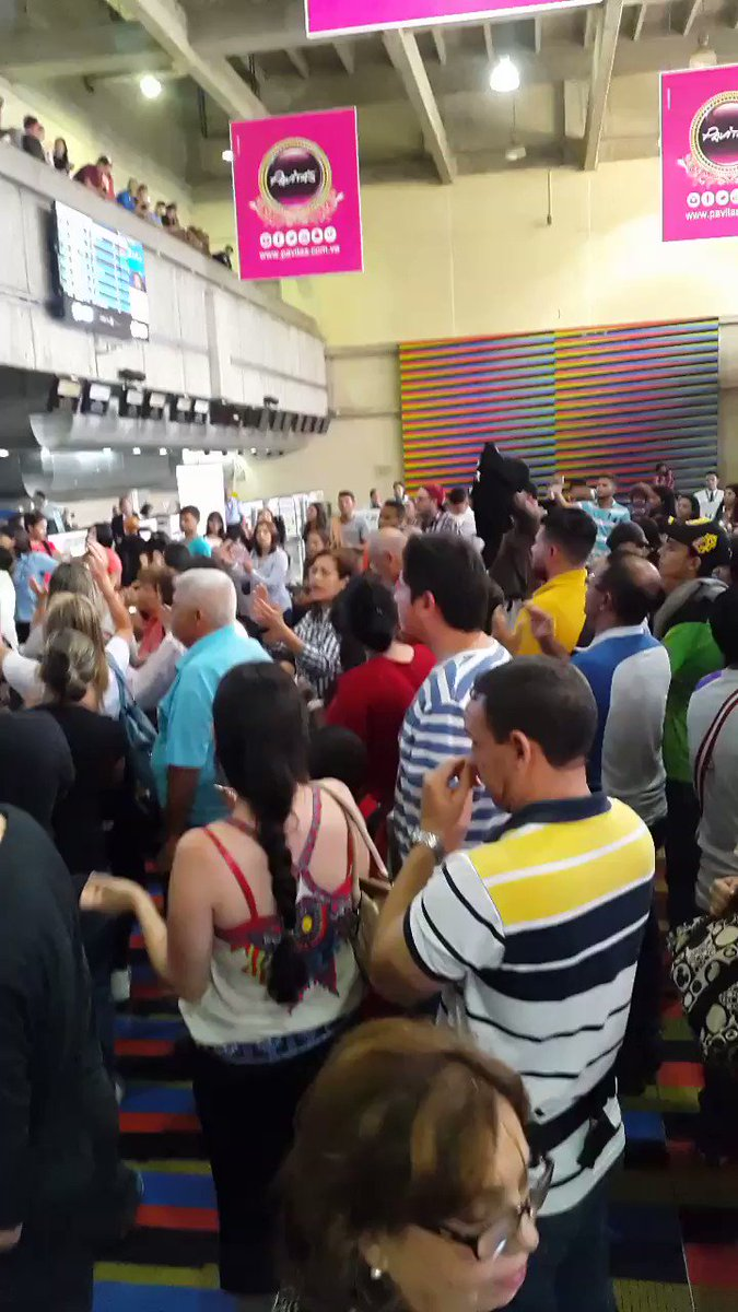 #ATENCION 5:40pm #Maiquetia pasajeros co...