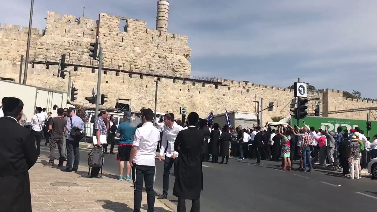 Crowds at Jaffa Gate cheer as #Trump @POTUS enters Old City #Jerusalem...
