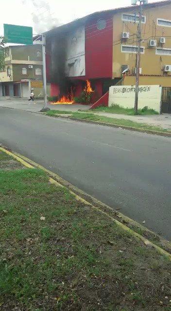 ÚLTIMA HORA | VIDEO - Reportan quema de la sede del comando de campaña...