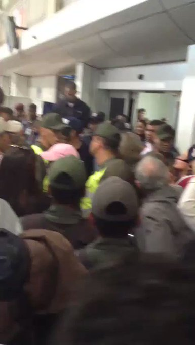 via @fransanchez144:  @traffiCARACAS  Caos en Maiquetia por presunto quiebre de Conviasa https://t.co/5gQcpxvDD5 #Miranda