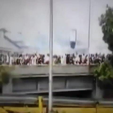via @winstonybarrra: Manifestantes saltan dsde Autopista Francisco Fajardo hasta el puente Las Mercedes https://t.co/UwHLcN2o6p