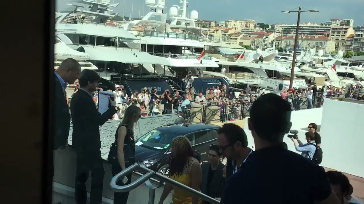 Robert Pattinson arriving for photo call #Cannes2017 https://t.co/6kaOV4FUpM