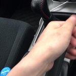 仕事が終わり帰ろうと車に乗り、発進しようとギア操作をしたら明らかにおかしい音がして手元を見た時に起こった出来事
