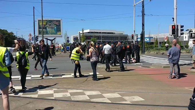Tensions entre police et manifestants anti#otan à #bruxelles via @thomas_casa https://t.co/rJecUdAH0I
