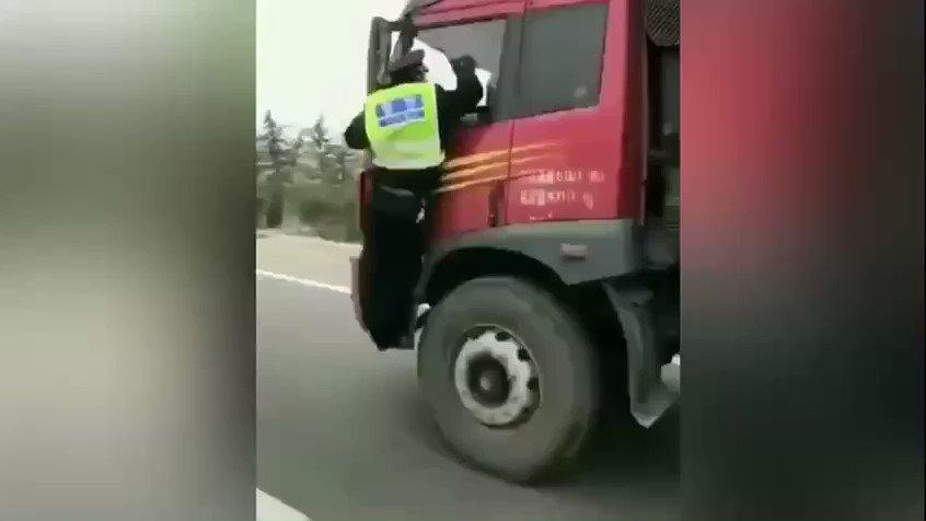 """这几天微信群疯转这个视频:交警刚爬上大货车要查车,司机就加大油门走起。 交警吓得抓紧倒车镜不停拍打车玻璃:哥哥,我改了,我不查你了行吗,快停车,我都吓得尿裤子了…… 但多数网友看了此视频却称""""解气""""。 https://t.co/olDni1jC1T"""