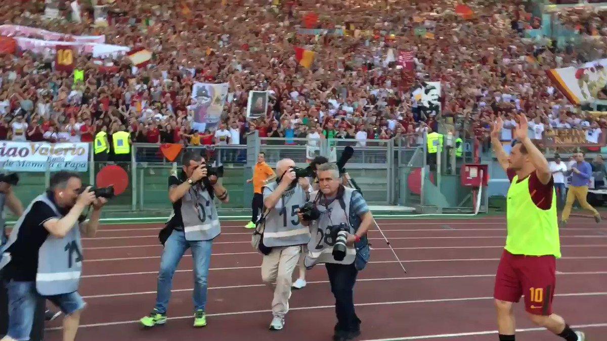 Ecco l'accoglienza della #CurvaSud per @Totti 👑💛❤️  #ThanksTotti #Tott...