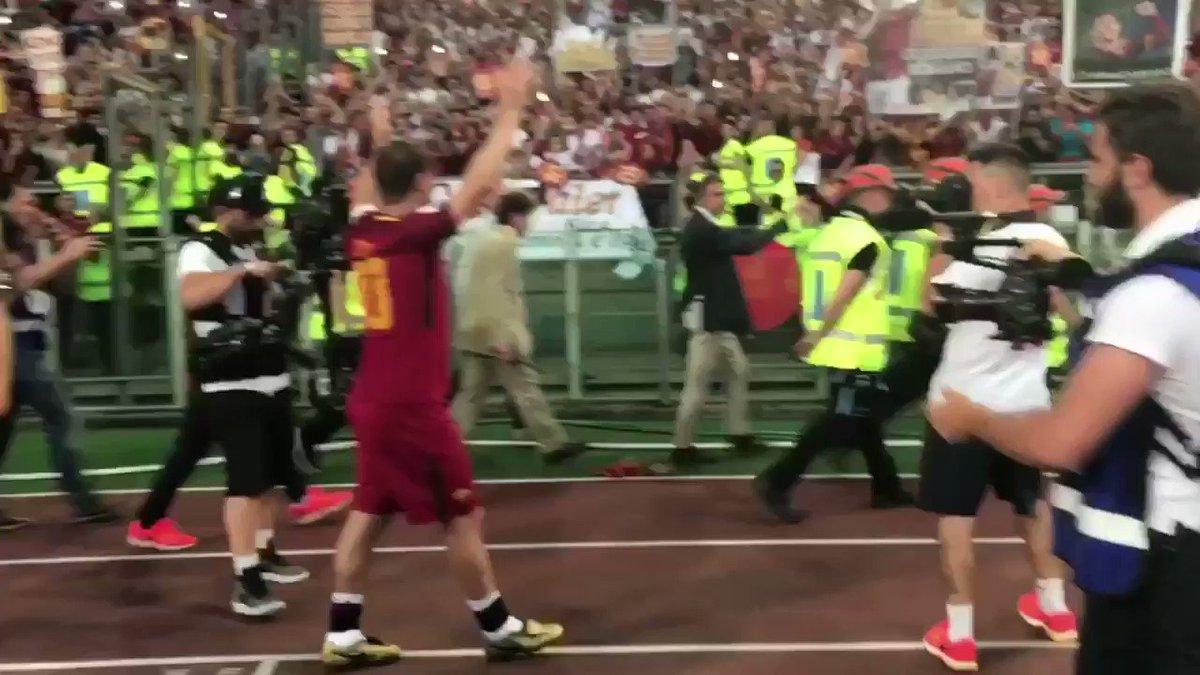 La tua Curva #Totti https://t.co/NXJe18rOpy
