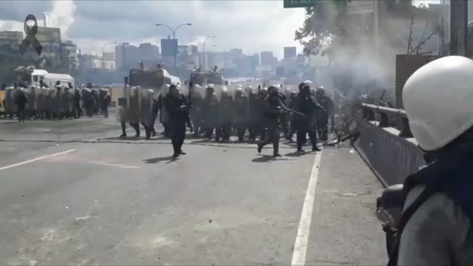 #29May #GNB dispara horizontalmente contra manifestantes en #ElRosal. Reportó @GregJaimes