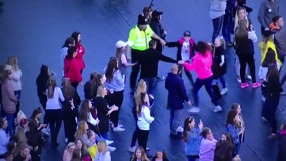 This policeman dancing with kids. ❤️ #OneLoveManchester https://t.co/CAXG3p0Rr1