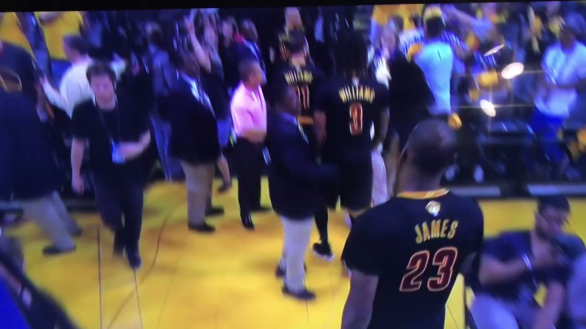 Anybody else see this fight in the stands? #NBAFinals https://t.co/bT08vrOYst