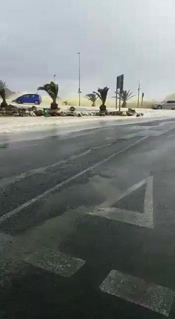 Please guys. Stay away from coastal roads! #CapeTownStorm #Seapoint https://t.co/a1Ez1ZHtCj