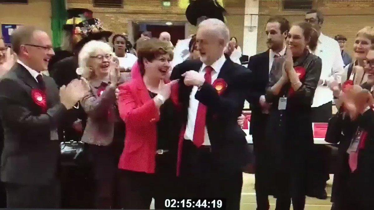 El ganador de la noche: Jeremy Corbyn con el high five fail más awkard de la historia moderna. https://t.co/UeYK57OukZ
