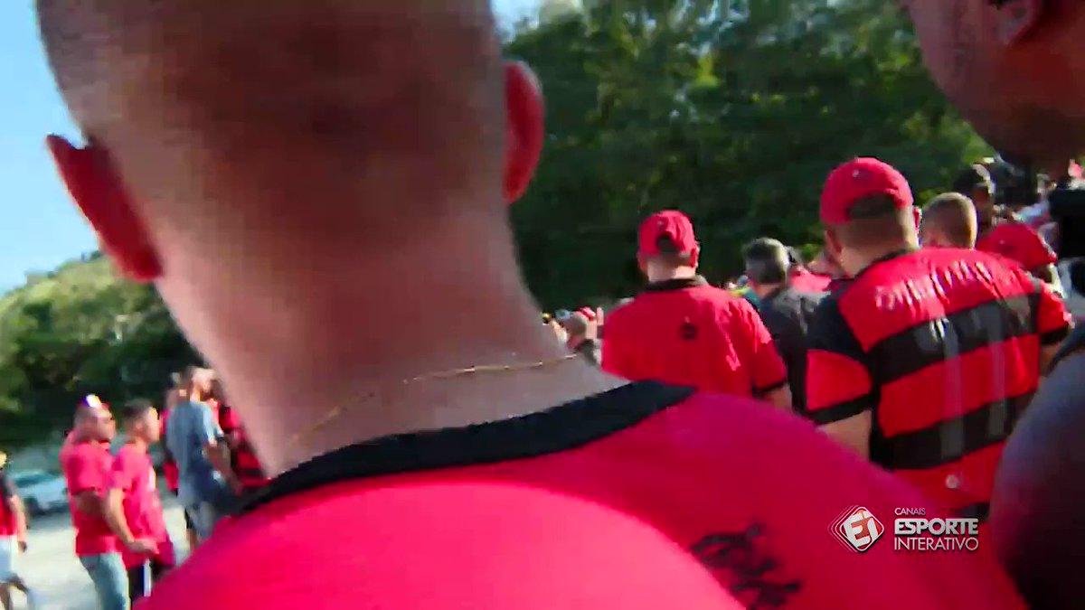 TORCEDORES JOGAM ALFACE EM SUPOSTO CARRO DO GOLEIRO MURALHA! Sim, é isso mesmo. https://t.co/rWv8AQSb6j #Flamengo