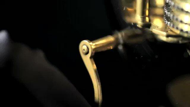 【ジャケ・ドロー氏の自動人形】あまりに精巧で、革新的過ぎ、時代に合わないもの作ったため、悪魔の仕業として当時宗教裁判にかけられ処刑されそうになったところを、親身にしていたスペイン国王により助けられた。ジャケ・ドロー氏は18世紀に世界初の腕時計を製作した人物。#ロボットの日 pic.twitter.com/dsUSQdEFhj