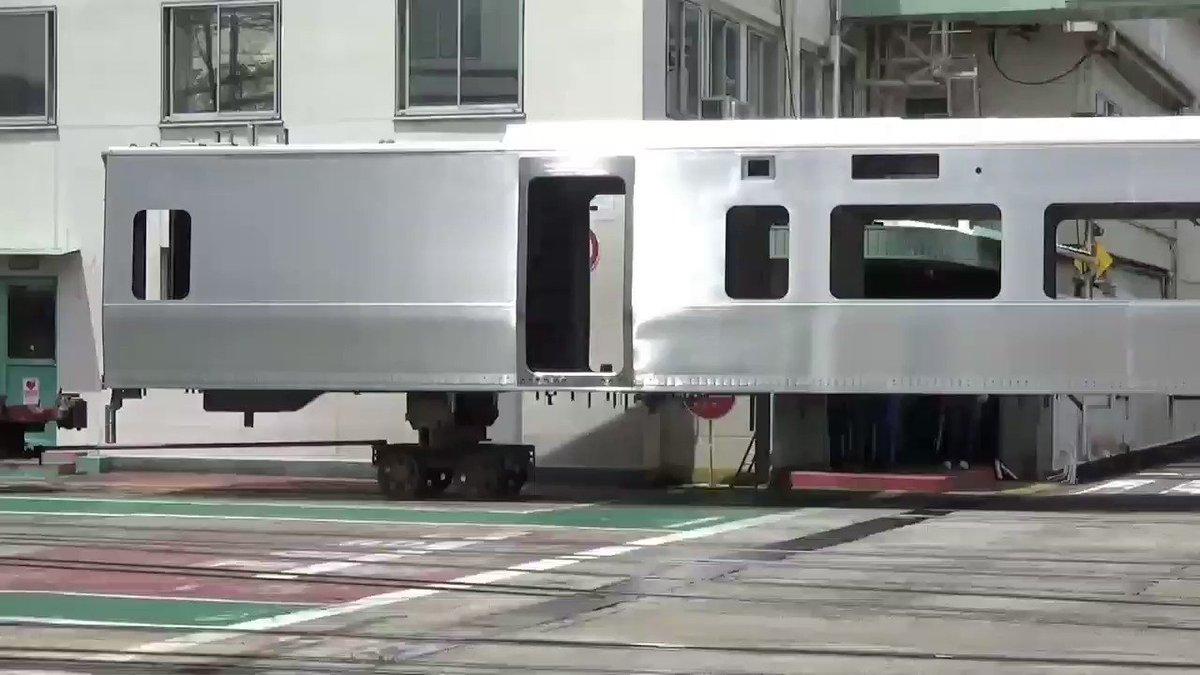 【動画!謎の構体が!!】 JR北海道キハ261系気動車っぽいですね? 川重兵庫工場北工場→南工場へ フォークリフトにて移動なう(*^ー^)ノ♪  2017.6.12 https://t.co/xfAWiWWM4y
